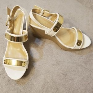 Report signature gold and white wedges size 10